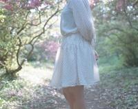 ドット柄のワンピースの女の子 20021006232| 写真素材・ストックフォト・画像・イラスト素材|アマナイメージズ