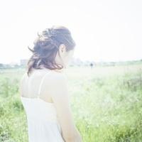白いワンピースの女性の後ろ姿 20021006244| 写真素材・ストックフォト・画像・イラスト素材|アマナイメージズ