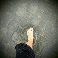 水たまりを踏んだ足