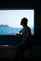 海を見る男性のシルエット