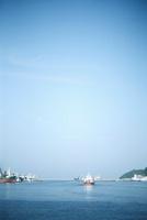 青空と赤い船