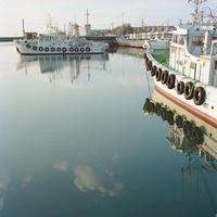 港から望む漁船と海 20021006355| 写真素材・ストックフォト・画像・イラスト素材|アマナイメージズ