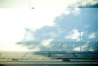 工事現場の白い壁と陰 20021006515  写真素材・ストックフォト・画像・イラスト素材 アマナイメージズ