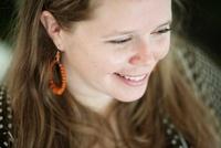 微笑むアメリカ人の女性 20021006542| 写真素材・ストックフォト・画像・イラスト素材|アマナイメージズ