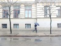 街を傘をさして歩く人