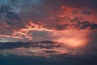 赤紫色に染まる夕空と雲 20021006597| 写真素材・ストックフォト・画像・イラスト素材|アマナイメージズ