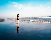 海と黒いドレスの女の子 20021006600| 写真素材・ストックフォト・画像・イラスト素材|アマナイメージズ