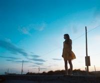 海と黄色いワンピースの女の子 20021006601| 写真素材・ストックフォト・画像・イラスト素材|アマナイメージズ