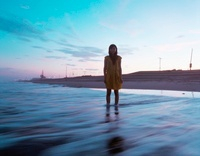 海と黄色いワンピースの女の子 20021006603| 写真素材・ストックフォト・画像・イラスト素材|アマナイメージズ