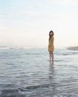 海と黄色いワンピースの女の子 20021006606| 写真素材・ストックフォト・画像・イラスト素材|アマナイメージズ