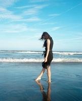 海と黒いドレスの女の子 20021006609| 写真素材・ストックフォト・画像・イラスト素材|アマナイメージズ