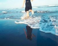海と黒いドレスの女の子 20021006610| 写真素材・ストックフォト・画像・イラスト素材|アマナイメージズ
