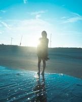 海と黒いドレスの女の子 20021006612| 写真素材・ストックフォト・画像・イラスト素材|アマナイメージズ
