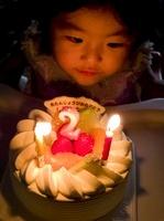 バースデーケーキと女の子供 20021006678  写真素材・ストックフォト・画像・イラスト素材 アマナイメージズ