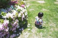 庭に座る女の子供