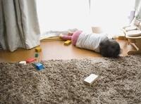 リビングで寝転がる女の子供