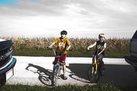 自転車に乗る男の子と車 20021006733| 写真素材・ストックフォト・画像・イラスト素材|アマナイメージズ