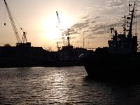 港の船のシルエット