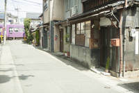 京都の町並みと電車