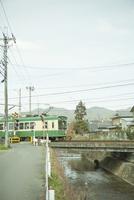 鉄道の電車と踏み切り
