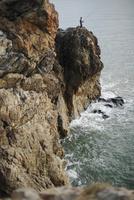 日本海に臨む断崖と釣り人 20021006844| 写真素材・ストックフォト・画像・イラスト素材|アマナイメージズ