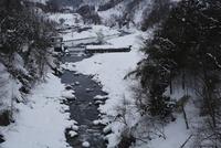 雪の山あいを流れる川 20021006847| 写真素材・ストックフォト・画像・イラスト素材|アマナイメージズ
