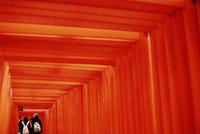 神社の赤い鳥居と若いカップル 20021006856| 写真素材・ストックフォト・画像・イラスト素材|アマナイメージズ