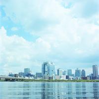 青空と川と街並み 20021006862| 写真素材・ストックフォト・画像・イラスト素材|アマナイメージズ