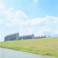 河川敷より望む青空とマンション 20021006863| 写真素材・ストックフォト・画像・イラスト素材|アマナイメージズ