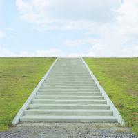 青空と芝と階段 20021006864| 写真素材・ストックフォト・画像・イラスト素材|アマナイメージズ