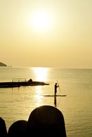 夕日と海とボードをこぐ人 20021006875| 写真素材・ストックフォト・画像・イラスト素材|アマナイメージズ