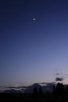 日没後の頭上に輝く三日月 20021006990| 写真素材・ストックフォト・画像・イラスト素材|アマナイメージズ