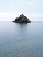 日没後の穏やかな海と岩 20021006991| 写真素材・ストックフォト・画像・イラスト素材|アマナイメージズ