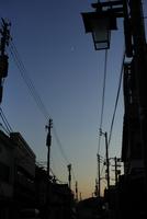 夕暮れの商店街と三日月 20021006994| 写真素材・ストックフォト・画像・イラスト素材|アマナイメージズ