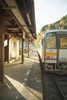 那岐駅で折り返す電車 20021007008| 写真素材・ストックフォト・画像・イラスト素材|アマナイメージズ