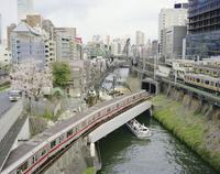 聖橋から望む神田側と地下鉄 20021007156| 写真素材・ストックフォト・画像・イラスト素材|アマナイメージズ