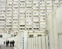 白壁の古いビルと歩く人 20021007157| 写真素材・ストックフォト・画像・イラスト素材|アマナイメージズ