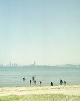 福岡市を遠くに望む潮干狩り 20021007160| 写真素材・ストックフォト・画像・イラスト素材|アマナイメージズ