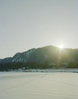 夕日が沈む山と雪原 20021007164| 写真素材・ストックフォト・画像・イラスト素材|アマナイメージズ