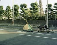 道路脇のテントとオートバイ 20021007166| 写真素材・ストックフォト・画像・イラスト素材|アマナイメージズ