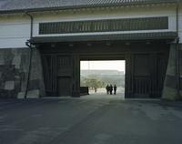 朝の桜田門をくぐるサラリーマン 20021007167| 写真素材・ストックフォト・画像・イラスト素材|アマナイメージズ