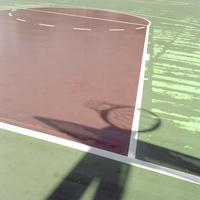 強い日差しに照らされるバスケットコート 20021007168| 写真素材・ストックフォト・画像・イラスト素材|アマナイメージズ