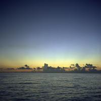 夕日に染まる沖縄の海 20021007169| 写真素材・ストックフォト・画像・イラスト素材|アマナイメージズ