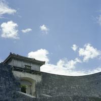晴れた日の首里城の久慶門 20021007170| 写真素材・ストックフォト・画像・イラスト素材|アマナイメージズ
