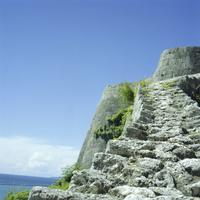 勝連城跡の階段から望む沖縄の海 20021007173| 写真素材・ストックフォト・画像・イラスト素材|アマナイメージズ