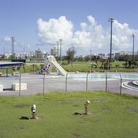 公園とプールとタコの形の滑り台 20021007175| 写真素材・ストックフォト・画像・イラスト素材|アマナイメージズ