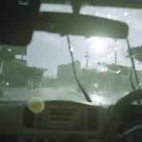 車の中から見るカタブイ(沖縄の通り雨) 20021007176| 写真素材・ストックフォト・画像・イラスト素材|アマナイメージズ