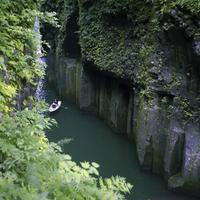 高千穂峡と1槽のボート 20021007178| 写真素材・ストックフォト・画像・イラスト素材|アマナイメージズ