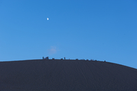 夜の砂丘と月 20021007209| 写真素材・ストックフォト・画像・イラスト素材|アマナイメージズ