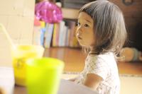 ご飯を食べている女の子 20021007216| 写真素材・ストックフォト・画像・イラスト素材|アマナイメージズ